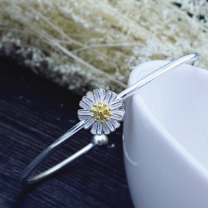 DELICATE DAISY BANGLE