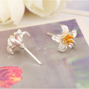 CURLED FLOWER STUD EARRINGS