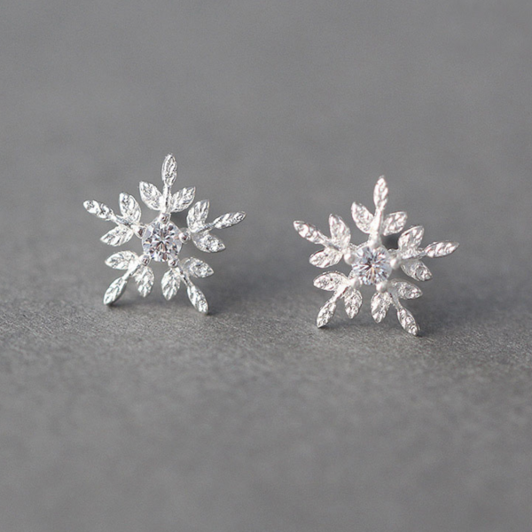 PRETTY SNOWFLAKE STUD EARRINGS
